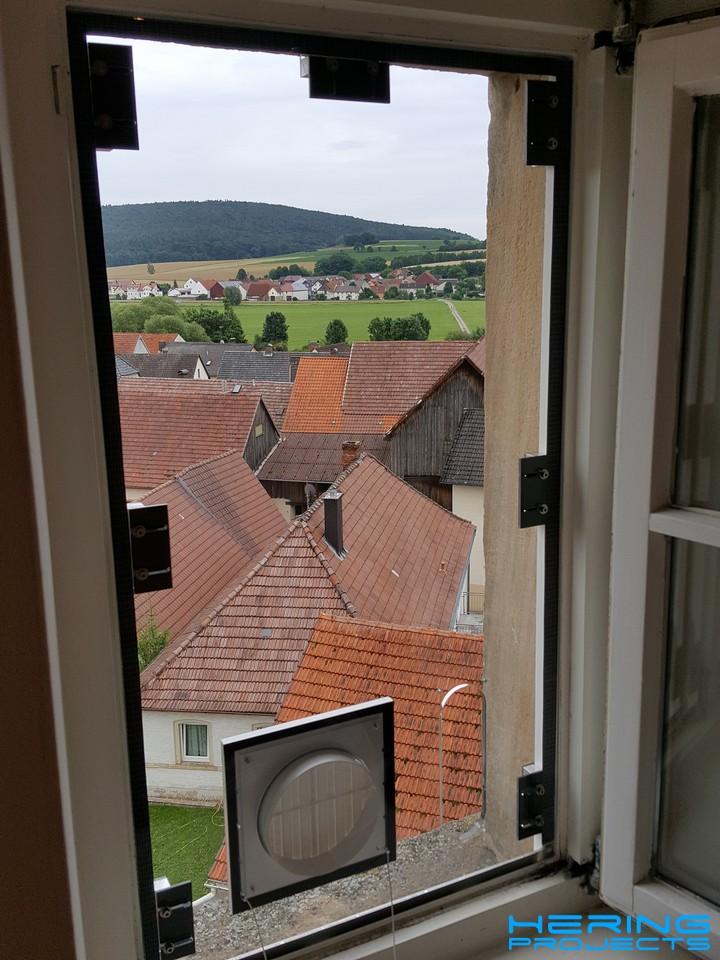 Klimaanlage Fensteradapter montiert am Fensterrahmen