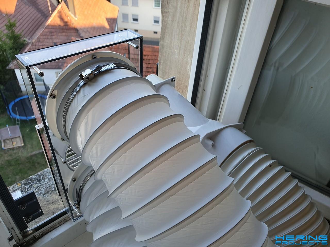 Schläuche am Fensteradapter für die Klimaanlage